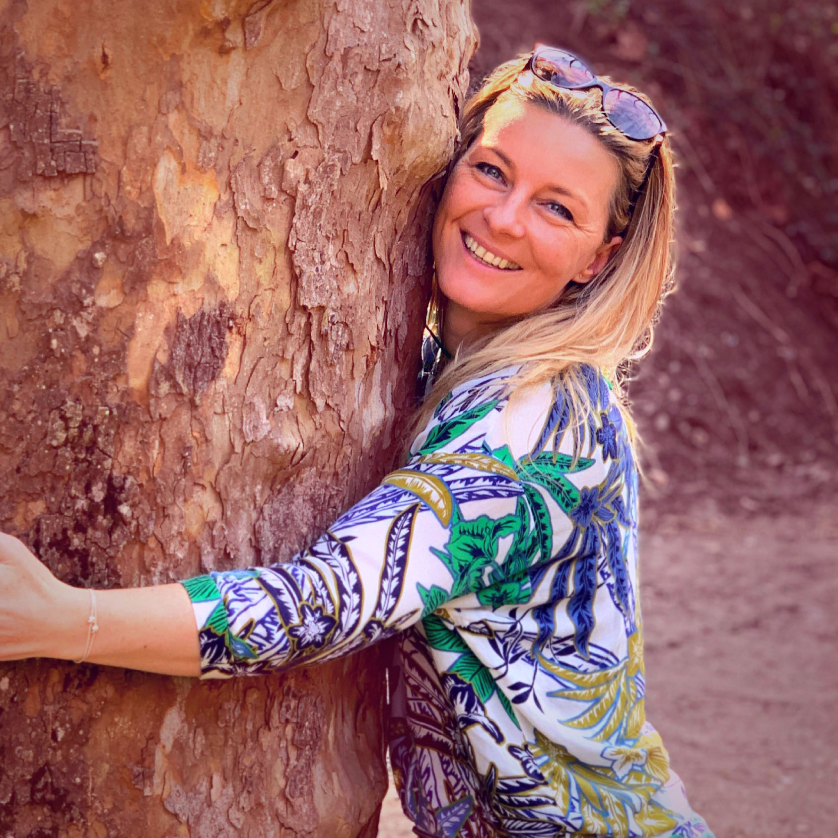 Abrazar un árbol te benificia
